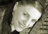 Sandra WILHELMS se passionne très tôt pour la guitare. Elle étudie tout d'abord à l'Ecole Supérieure de Musique de Dortmund (Allemagne) où elle obtient le diplôme de pédagogie instrumentale en guitare classique...