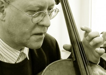 Der Cellist Christian Bongert hat nach längeren geisteswissenschaftlichen Studien im Köln der späten siebziger Jahre eine klassische musikalische Ausbildung erhalten. In dieser Zeit hat er mehrere Cello-Solo-Stücke uraufgeführt und sich außerdem der improvisierten Musik zugewandt …