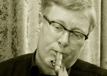 Der Saxophonist Ralf Bazzanella weiß als inspirierter Solist und intelligenter »Sideman« jedes Musikprojekt zu veredeln. Immer wieder überzeugt und überrascht er auf dem Tenor- und dem Sopransaxophon durch seine einfühlsame und explosive Spielweise …