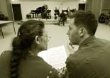 Les photos actuelles de Le Groupe FLO montrent des instantanés de répétitions intensives. Un travail ensemble avec les chanteurs Samirah et Arno permet la mise en valeur du concept dramaturgique de la cantate.